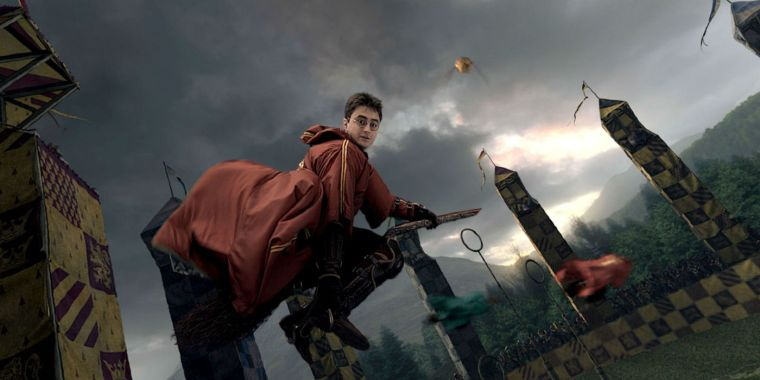 Daniel-Radcliffe-as-Harry-Potter-Playing-Quidditch
